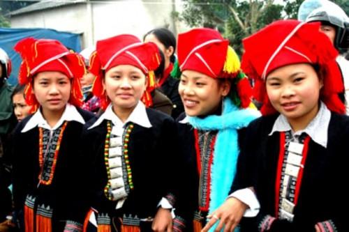 Phụ nữ người Dao đỏ ai cũng biết tới bài thuốc để triệt lông vĩnh viễn bằng lá bưởi