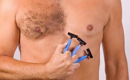 Tuyệt đối không nên tự ý dùng dao cạo để tẩy lông ngực